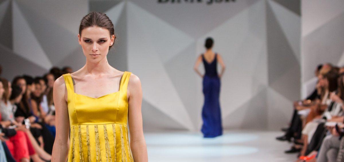 Modell i gul klänning